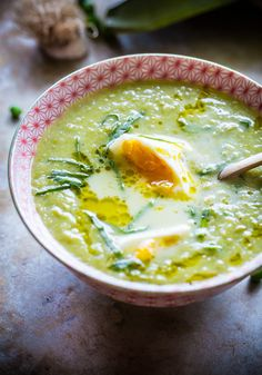 Chunky Pea and Leek Soup with Poached Eggs (could easily be made vegetarian) Soup Recipes, Vegetarian Recipes, Cooking Recipes, Healthy Recipes, Spring Soups, Paleo, Leek Soup, Food Porn, Homemade Soup