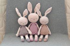 Jeg smaskforelskede mig i et billede jeg havde fundet på google af en hæklet kanin der blev solgt. Efter lang tids søgen efter en opskrift på selv at lave en måtte jeg opgive.