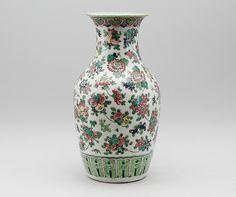 Vaso em porcelana Chinesa do inicio do sec.19th, 44cm de altura, 2,860 USD / 2,450 EUROS / 10,180 REAIS / 18,290 CHINESE YUAN https://soulcariocantiques.tictail.com