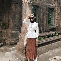 When in egypt cabang prigen 🤧Top dari ❤️ Niqab, Lace Skirt, Midi Skirt, Stylish Hijab, Ootd Hijab, Modest Outfits, Hijab Fashion, Egypt, Skirts