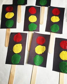 Red light, yellow light, green light! ❤️ kids painted with round sponge daubers while learning about #trafficsigns and #transportation  a great way to teach about 'stop n go'!   #preschool #preschoolcrafts #preschoolteacher #preschoolteacherlife #kidscrafts #kidsloveart #iloveart #iteachart #itsallaboutart #art #artclass #artteacher #artinstructor #getartsy #getcreative #teachersofinstagram #teachersfollowteachers #transportationcrafts