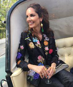 Con traje de chaqueta de Dolce & Gabanna y peinada y maquillada por Paula Soroa