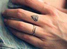 Tatuaggi dita: diamante