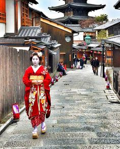 February 2017: Maiko Kimitoyo (Toshikimi Okiya) of Miyagawacho on her way to an afternoon-engagement. Kimitoyo recently became a senior Maiko after 2 years and 8 months as a Maiko. Source: Kouichi Motegi on Instagram
