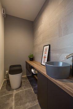落ち着いた雰囲気の中にこだわりを効かせたモダンハウス 施工実例 愛知・名古屋の注文住宅はクラシスホーム 広々としたトイレ空間。カウンターはオーダーで製作。手洗いボウルの色にもこだわりました。壁面には消臭効果のあるタイルを使用。 Japanese Modern, Japanese House, Classic House Design, Modern Toilet, Tv Wall Design, Archi Design, Toilet Design, Washroom, Sink