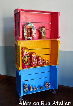 Como fazer estante com caixotes by ALÉM DA RUA ATELIER/Veronica Kraemer, via Flickr
