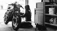 #caferacergirl #motorcyclesgirls #chicasmoteras | caferacerpasion.com