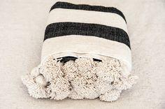 Blanco manto negro de Pom Pom, pom pom tiro estilo marroquí de Manta manta tejida a mano, estilo bohemio de lana algodón, colcha