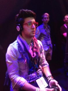 Piero playing car video game: Staple Center, Los Angeles  IL VOLO Is he thinking in Italian, English or Spanish???