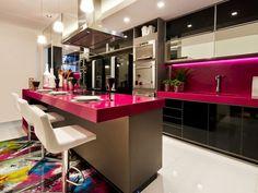 Cozinhas coloridas decoradas #cozinha #colorida #preto #cinza #rosa #bancada