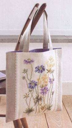 Victoria - Handmade Creations: Embroidered Bags for Summer Outings Source by Patchwork Bags, Quilted Bag, Bag Quilt, Embroidery Bags, Crewel Embroidery, Jute Bags, Fabric Bags, Handmade Bags, Handmade Handbags