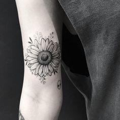 Sunflower Tattoo: Incredible Ideas to Get Inspired! - The sunflower tattoo is beautiful, but it& not just for its aesthetic beauty that is so reque - Tattoo Femeninos, Cover Tattoo, Piercing Tattoo, Back Tattoo, Tatoo App, Cute Tattoos, Leg Tattoos, Body Art Tattoos, Sleeve Tattoos