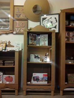 La Cartonería es un negocio de artesania donde puedes comprar o encargar muebles y objetos de cartón y papel. La Tienda-Taller está situado en la calle San Agustín, en el corazón del barrio de la Magdalena, dentro del proyecto 'cheap boxes' (locales baratos) del Plan Integral del Casco Histórico, promovido por el Ayuntamiento de Zaragoza para revitalizar las zonas comerciales de San Pablo, Las Armas y la Magdalena.