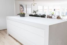 Kinwolf Projects is a design and renovation company and for their latest project, their kitchen featured the stunning Caesarstone Cloudburst Concrete. Rawson Homes, Kitchen Builder, Concrete Kitchen, Kitchen Tiles, Kitchen Benchtops, Küchen Design, Home Decor Kitchen, Minimalist Home, Beautiful Kitchens