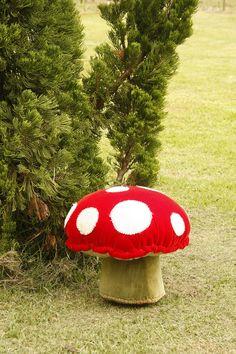 Almofada feita num harmonioso composê de tecidos, cores e texturas, dando a ela o formato de um cogumelo! Um verdadeiro encanto! http://orientavida.org.br/produto/4167/wda+almofada+cogumelo
