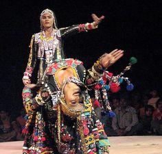 Gorgeous Rajasthani Kalbeliya women, doin' their thing.