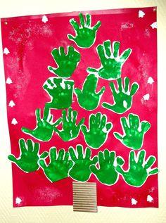 sapin de Noël avec les empreintes des mains