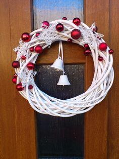 Vánoční věnec na dveře Vánoční věnec zhotovený z proutí dozdobený červenými baňkami, hvězdami a zvonečky. Věnec vlídně přivítá každého vašeho hosta a zpříjemní vstup do vašeho domu. Rozměr: průměr32 cm Použité materiály: barvené proutí, skleněné baňky, glittrované dozdoby Zavěšení je zatím řešeno pomocí silonu, lze jej pověsit i přímo za očko ...