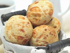 Pão de Queijo e Ervas - Àlvaro Rodrigues My Favorite Food, Favorite Recipes, Homemade Pasta, Homemade Cookies, Bread Rolls, Food Hacks, Brunch, Food And Drink, Gluten Free
