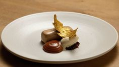 Santiago Fernandez's complex gold chocolate and banana mousse dessert is filled with rich flavours of peanut, dark chocolate and miso. Banana Mousse, Masterchef Australia, Large Oven, Thing 1, Cacao Nibs, Small Meals, Cream And Sugar, Almond Recipes, Brown Butter