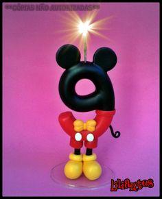 Vela modelada em biscuit para compor enfeites de bolo inspirado no personagem da Disney : Mickey .  **Nome não incluso= R$2,00 por letra.   **Contém 1 pavio mágico removível e base acrílica.  **Também faço projetos personalizados com o tema, cores e detalhes que você escolher.