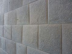 Muro del templo de Coricancha en Cuzco, la capital incaica. Corresponde al estilo arquitectónico: Cuzqueño, al tipo arquitectónico: Imperial o Rectángular y a la Fase incaica: Imperial o de la Expansión.