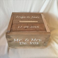 De Enveloppendoos van gebruikt steigerhout . Hij heeft een afmeting van 40*40*23 cm. Hij is te openen door de gleuf van de box. De deksel valt precies in de #enveloppendoos waardoor het mooi een geheel is. Alle producten van #Belevenisopjebruiloft kunnen worden gepersonaliseerd, voorzie ze van jullie namen en trouwdatum, of een logo.  #enveloppendoos #bruiloft #wedding #huwelijk #trouwen #trouwaccessoires #trouwartikelen #memorybox
