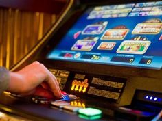 Ein Casino-Betreiber wurde aufgrund von Steuerhinterziehung und Betrug zu einer zweijährigen Bewährungsstrafe verurteilt. Der Betreiber hatte die Spielautomaten in seinem Casino manipuliert und auf diese Weise jahrelang Centbeträge illegal von den Spielautomaten abgezweigt. Millionenschwerer Steuerbetrug eines Casinobetreibers
