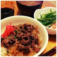 しらたきとタマネギにしっかり味がしみた 柔らかお肉の牛丼です  お肉は一度煮たあと お鍋から取り出しておいて… 他の具材に味がしみてから再度合わせます  煮すぎでお肉が固くなっちゃうのを 防げます(^^) - 15件のもぐもぐ - すき屋に負けないぞ!の牛丼 by saki221