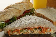 sanduíches naturais com suco de laranja