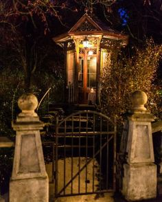 Phantom Manor's gazebo at night Disney Rides, Disney Parks, Walt Disney World, Disneyland Resort, Disneyland Paris, Disneyland Tips, Haunted Mansion, Haunted Houses, Walt Disney Imagineering