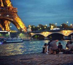 picnic in Paris right on the Seine River #PicnicWithaView