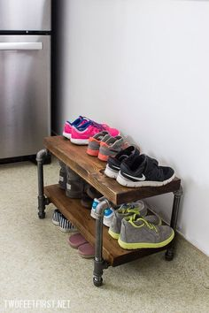 DIY Industrial Shoe Rack with pipe and wood Do you need a way to organize all of your shoes? How about a DIY industrial shoe rack made from wood and pipe? This tutorial could be your solution! Industrial Shoe Rack, Industrial Home Design, Industrial House, Vintage Industrial, Shoe Shelves, Shoe Storage, Diy Storage, Foyer Storage, Storage Ideas