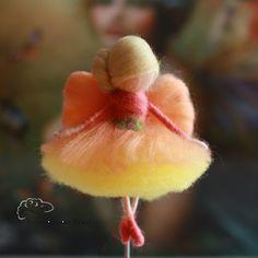 Diese kleine Elfe wurde aus feiner  Merinowolle und weißer  Bergschafwolle in Waldorftechnik angefertigt und mit der Filznadel gefilzt. Beim Friseur war sie auch und hat sich einen Dutt machen...