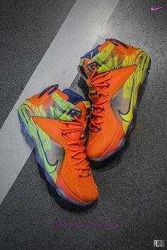 Uomo Nike Lebron 12 Cremisi vivo/Tensione-Metallic Grigio ghiaccio-Hyper Cobalt 707781-870