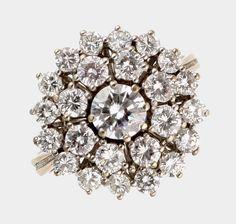 Ring, 585 WG, runder Ringkopf besetzt mit einem Brillant von ca. 0,60 ct., umgeben von 24 Brillanten