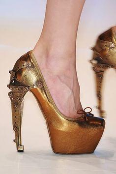 """Questa è la """"Pump titanic ballerina"""" creata dal grande Alexander McQueen, un insieme di forza e delicatezza"""