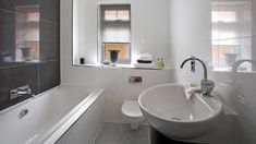 Bilderesultat for badekar lite bad Small Luxury Bathrooms, Cheap Bathrooms, Bathroom Design Luxury, Modern Bathroom Design, Bathroom Interior, Bathroom Designs, Classic Bathroom, Beautiful Bathrooms, Bad Inspiration
