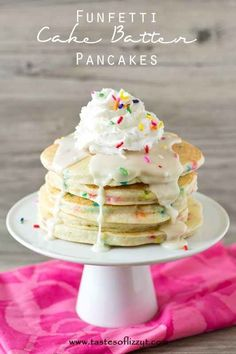 funfetti cake batter pancakes will make a birthday shine or give an ordinary day a special start. a cake mix gives it that well-loved cake batter flavor, but these still have a wonderful pancake texture. and don't forget the buttercream glaze on top! Cake Batter Pancakes, Birthday Cake Pancakes, Pancakes Easy, Pancake Cake, Pancake Party, Breakfast Pancakes, Cake Birthday, Breakfast Kids, Birthday Meals
