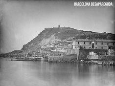Vista de la muralla de Barcelona a l'alçada de les Drassanes Reials. En segon terme, el Castell de Montjuïc. ~1870. Fotografia de J. Laurent. Publicat per Giacomo Alessandro.