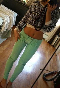 Love the mint jeans and I like the shirt but not a huge fan of crop tops but maybe that& because my stomach doesn& look like that Fashion Moda, Look Fashion, Teen Fashion, Autumn Fashion, Womens Fashion, Swag Style, Style Me, Mint Pants, Green Pants