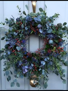 Most up-to-date Photos Spring Wreath floral Tips Should you be directly into doing DIY springtime wreaths, you might have perhaps encountered the dis Christmas Door Wreaths, Christmas Flowers, Noel Christmas, Holiday Wreaths, Winter Christmas, Christmas Crafts, Christmas Decorations, Holiday Decor, Spring Wreaths