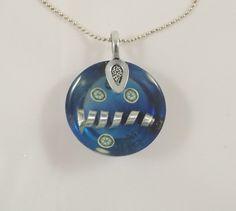 Collier bleu, spirale aluminium, cane fimo, résine, bélière feuille : Collier par long-nathalie