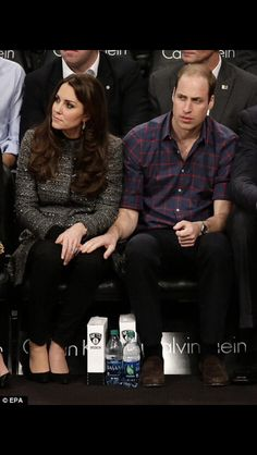 Kate Middleton and Prince William. So cute Kate in this picture. Prince William Family, Prince William And Catherine, William Kate, Princesa Charlotte, Estilo Kate Middleton, Kate Middleton Style, Duke And Duchess, Duchess Of Cambridge, Principe William Y Kate