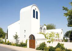 Die Synagoge Beit Tikwa in einer Außenaufnahme mit dem abgerundeten Turm im Zentrum.
