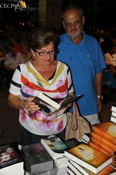 Il pubblico allo stand della libreria Lucarelli di Cecina