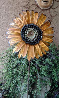 Tin Can Flowers Tin Can Art, Soda Can Art, Tin Art, Soda Can Flowers, Tin Flowers, Fabric Flowers, Outdoor Crafts, Outdoor Art, Aluminum Can Crafts