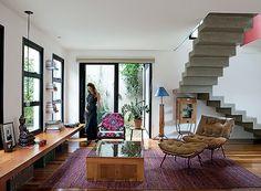 Sala de estar: o tapete, trazido da Índia, acomoda mesa de centro comprada em…