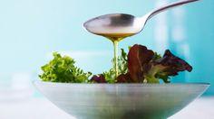 A lemon-pepper vinaigrette that is perfect on a green salad, or as a marinade on fish! Healthy Cat Treats, Healthy Salads, Healthy Eating, Healthy Recipes, Gourmet Recipes, Mozzarella Salat, Citrus Vinaigrette, Homemade Dressing, Alkaline Diet