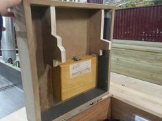 Reciclando DM. Una caja para Fresadora de Mano. Detalle de anclaje de elementos necesarios para la máquina.